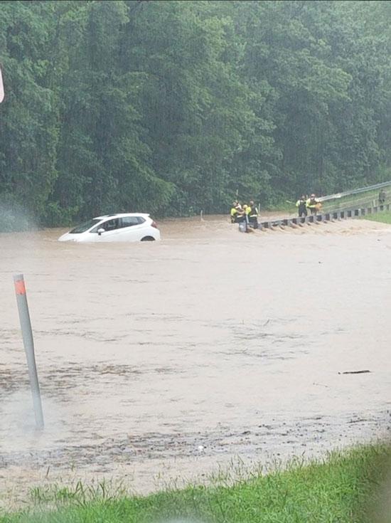 سيارة عالقة فى الفيضانات