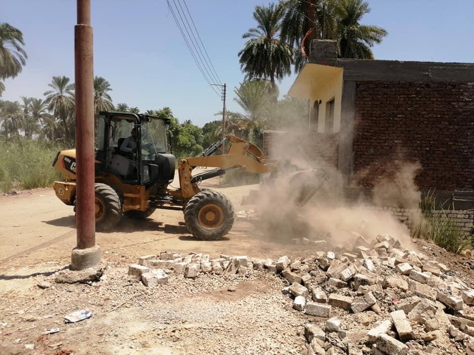 تنفيذ 3 قرارات إزالة تعديات ومباني وأسوار بدون تراخيص بمدينة الأقصر (1)