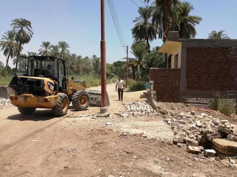 تنفيذ 3 قرارات إزالة تعديات ومباني وأسوار بدون تراخيص بمدينة الأقصر (2)