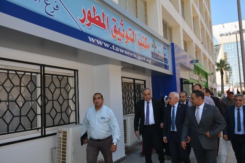 محافظ بورسعيد ونائب وزير الاتصالات يفتتحان مركز التوثيق المطور (3)