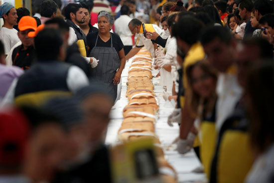 تم-إعداد-ساندوتش-شطيرة-بطول-72-مترًا-كمحاولة-لكسر-الرقم-القياسي-لأكبر-ساندويتش-في-العالم