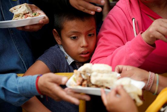 طفل-ينظر-إلى-قطعة-السندوتشات-التي-يبلغ-طولها-72-مترًا-في-مكسيكو-سيتي