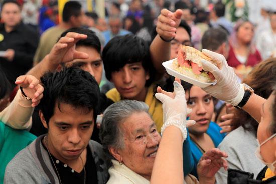 يقدم-الناس-قطعًا-السندوتشات-التي-يبلغ-طولها-72-مترًا-في-مكسيكو-سيتي