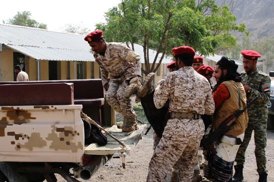 الجنود يحملون جثمان أحد الضحايا