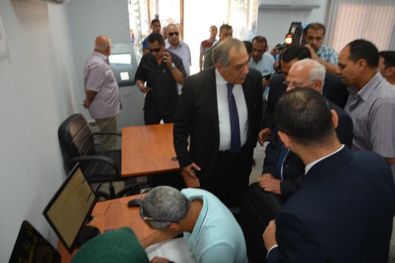 محافظ بورسعيد ونائب وزير الاتصالات يفتتحان مركز التوثيق المطور (1)