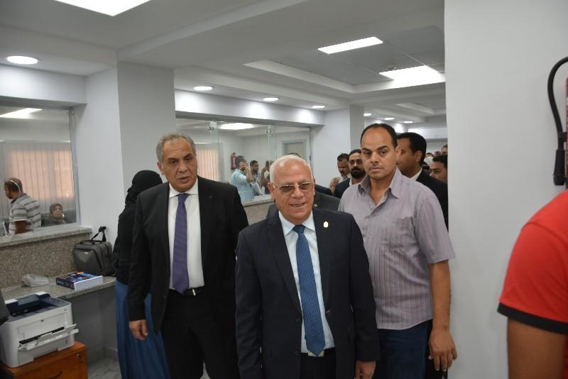 محافظ بورسعيد ونائب وزير الاتصالات يفتتحان مركز التوثيق المطور (9)