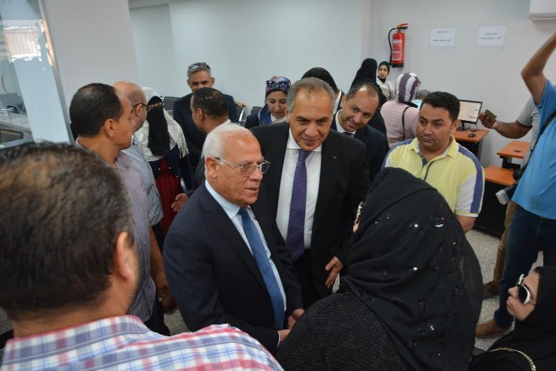 محافظ بورسعيد ونائب وزير الاتصالات يفتتحان مركز التوثيق المطور (4)
