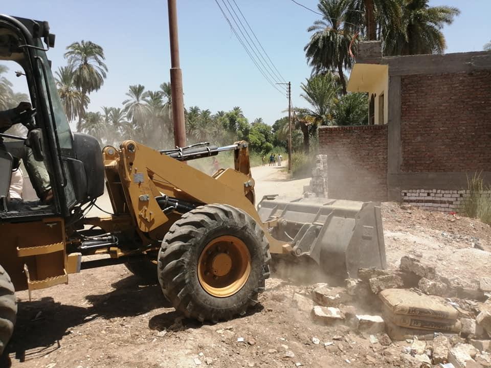 تنفيذ 3 قرارات إزالة تعديات ومباني وأسوار بدون تراخيص بمدينة الأقصر (3)