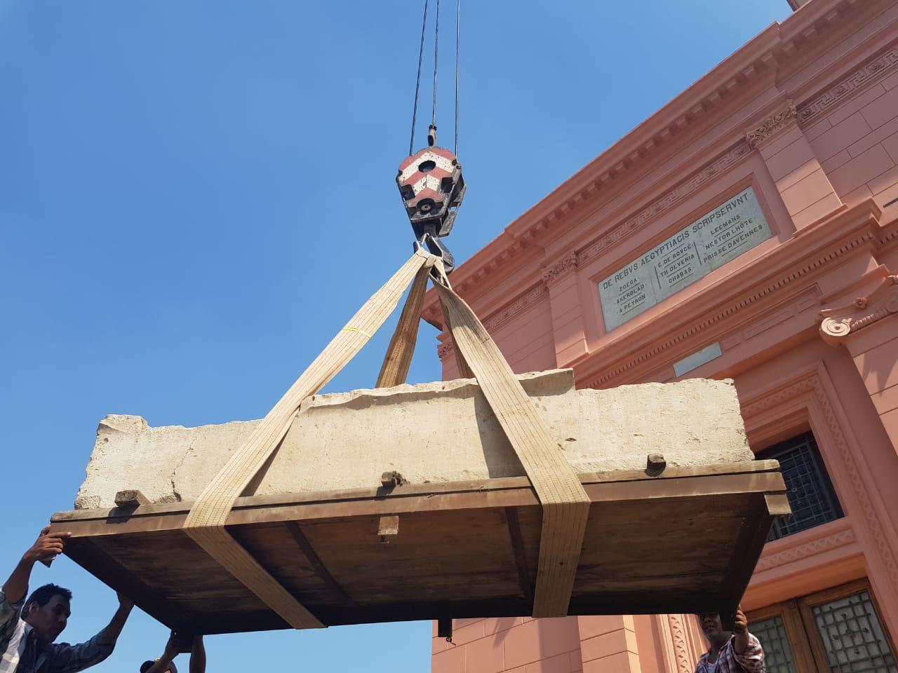 خلال أعمال نقل القطع للمتحف الكبير (7)