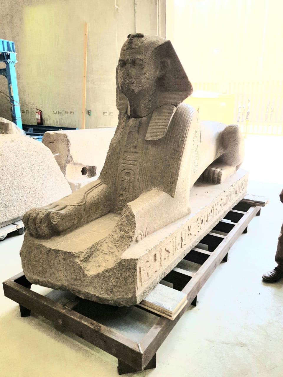 خلال أعمال نقل القطع للمتحف الكبير (4)