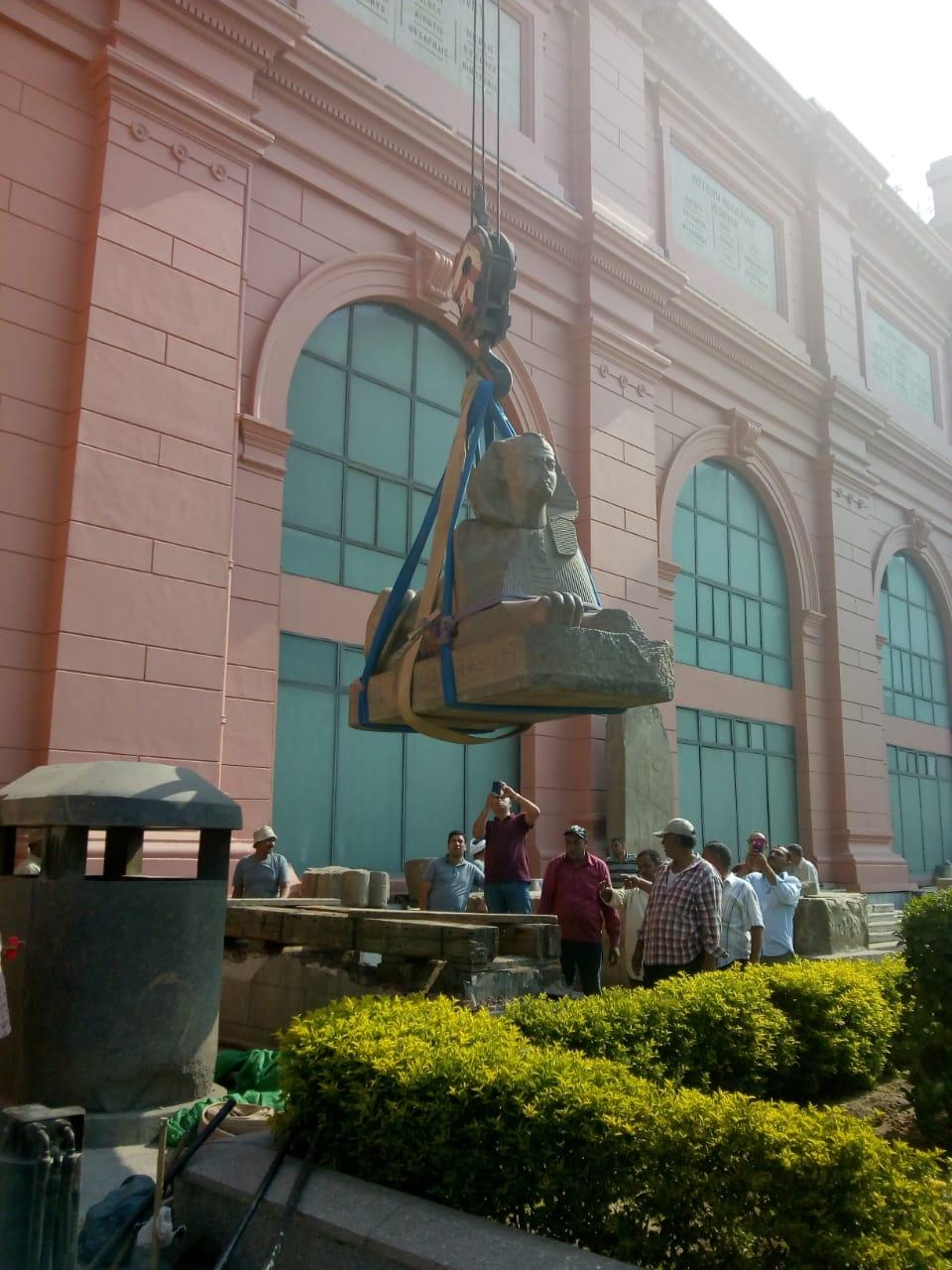 خلال أعمال نقل القطع للمتحف الكبير (2)