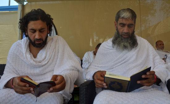 الحجاج يقرأون القرآن