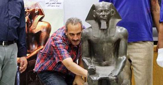 تمثال-الملك-خفرع-لحظة-وصوله-المتحف-الكبير