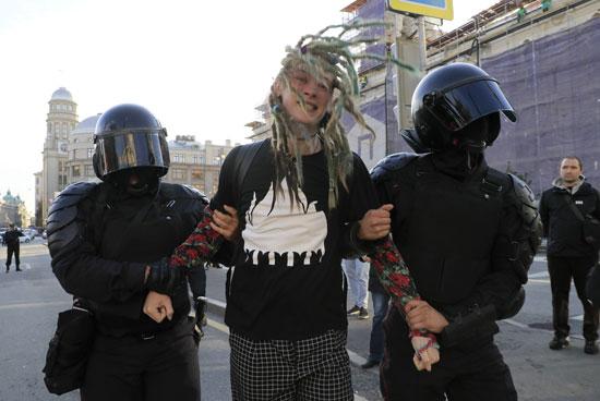 أحد المعتقلين فى قبضة الشرطة