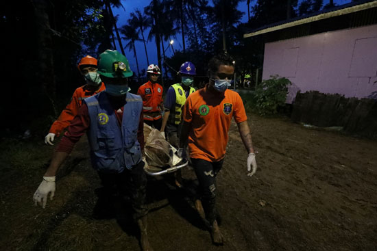 أحد ضحايا الانهيار الارضى فى ميانمار