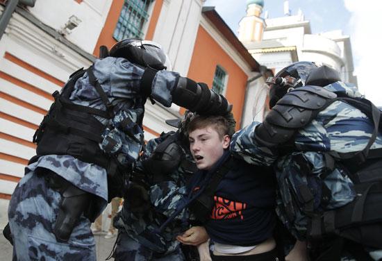 متظاهر فى قبضة الشرطة