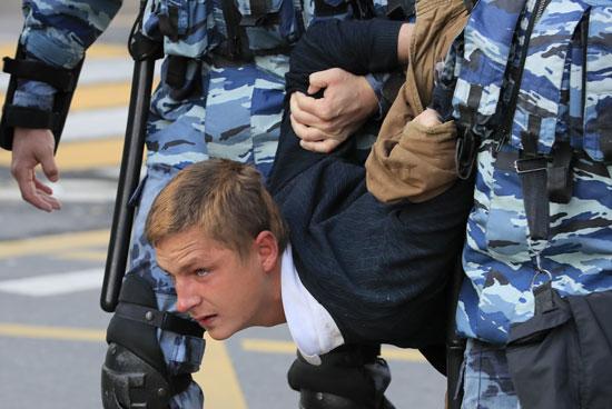 الشرطة تعتقل متظاهر
