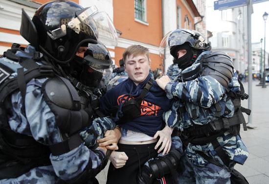 الشرطة تعنف متظاهرا خلال اعتقاله
