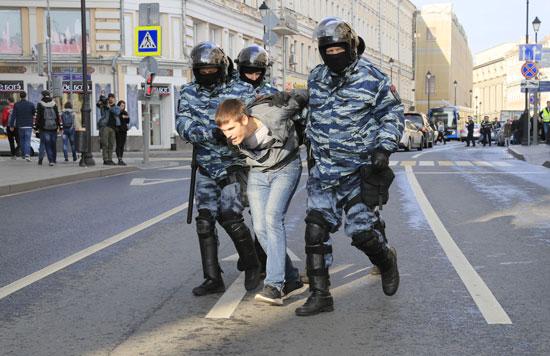 جانب من اعتقال أحد المتظاهرين