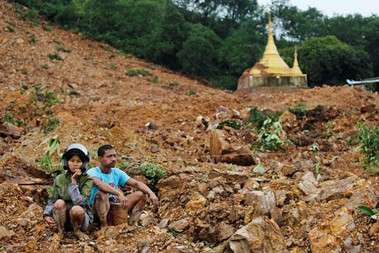 حزن فى ميانمار بعد الانهيار الأرضى