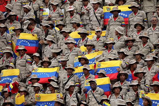 جانب من الجيش يرفعون أعلام فنزويلا