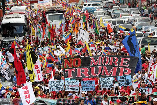 حشود من المواطنين