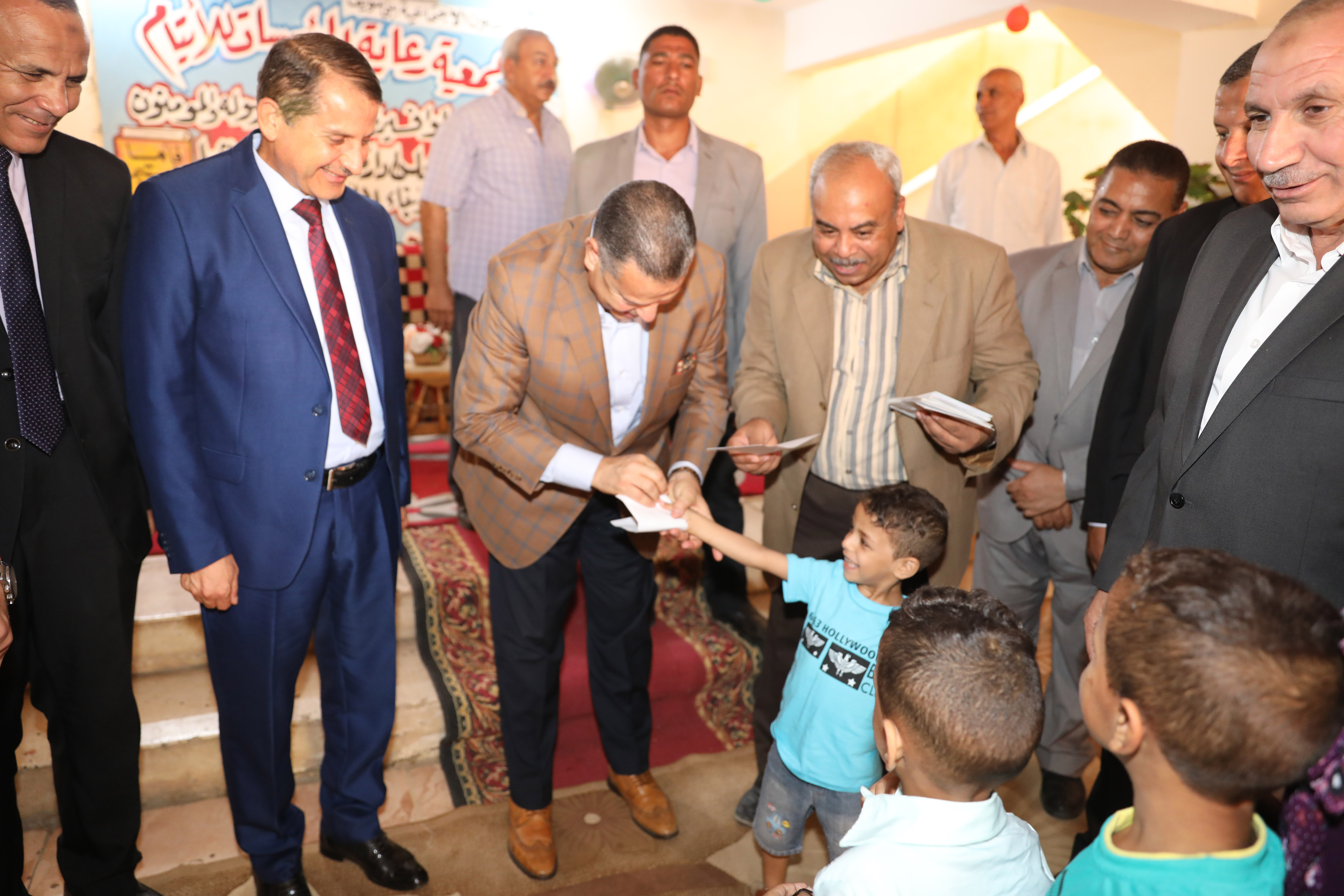 محافظ بنى سويف يقدم الهدايا للأطفال الأيتام ويزور المسنين فى عيد الأضحى (5)