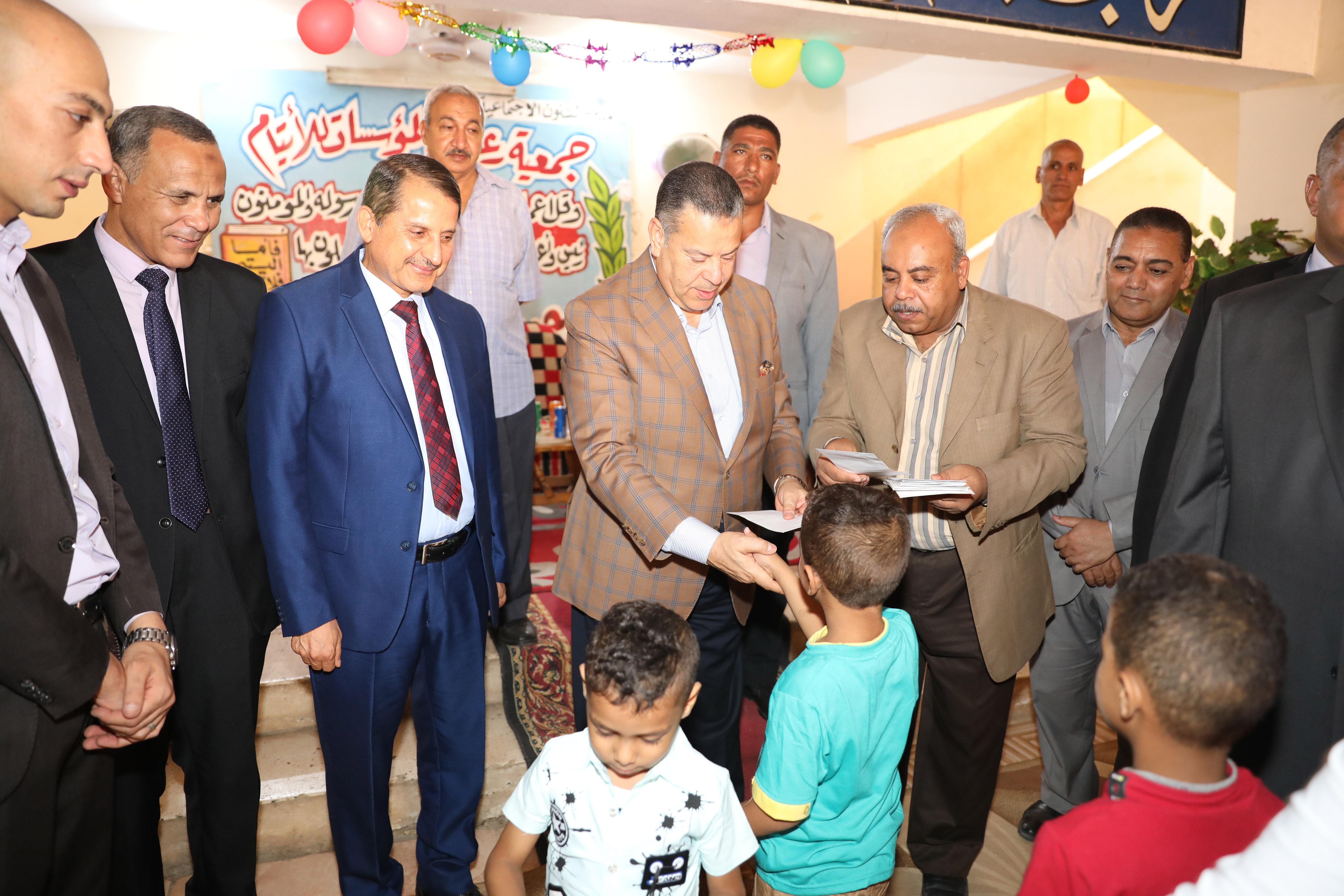 محافظ بنى سويف يقدم الهدايا للأطفال الأيتام ويزور المسنين فى عيد الأضحى (6)