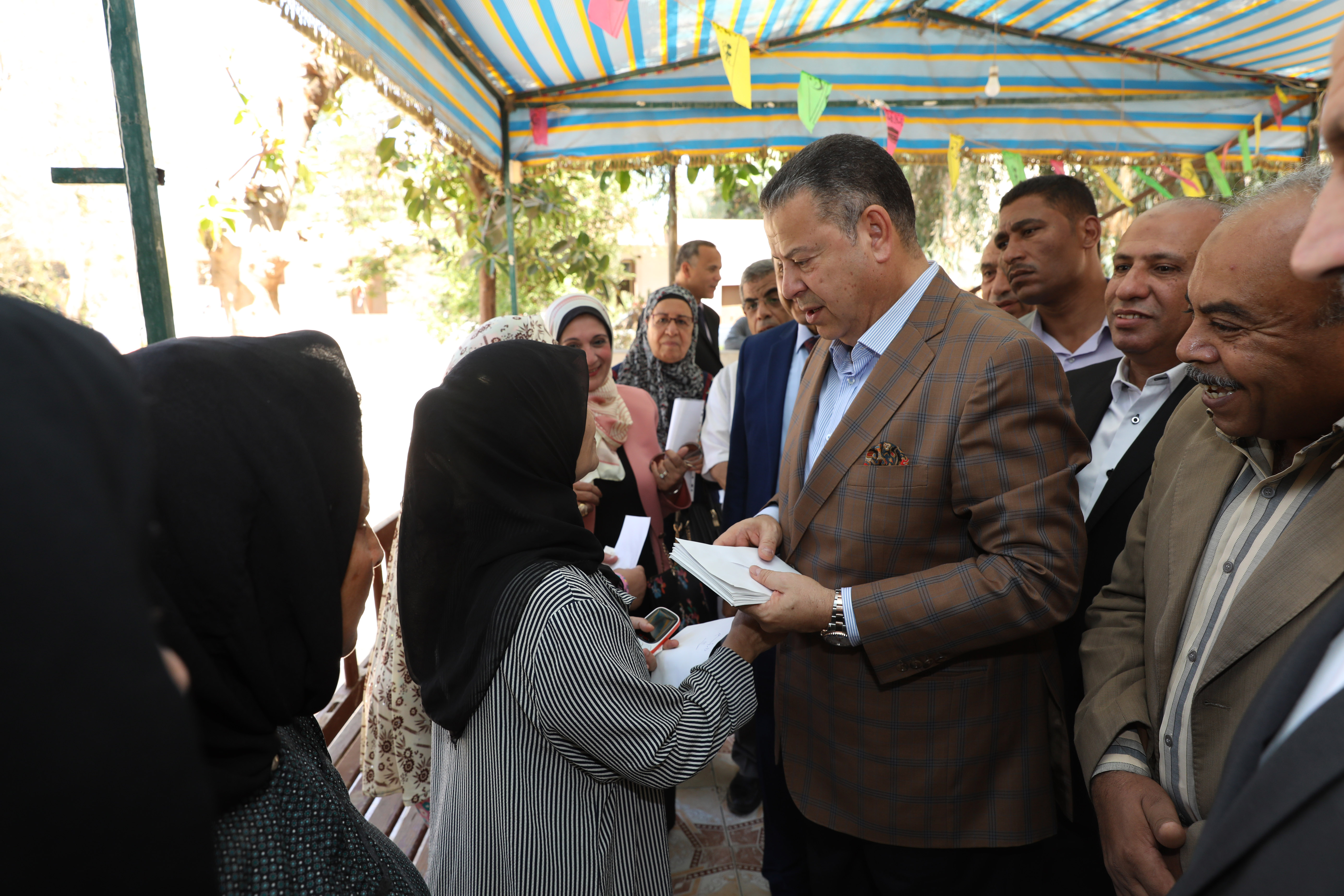 محافظ بنى سويف يقدم الهدايا للأطفال الأيتام ويزور المسنين فى عيد الأضحى (1)