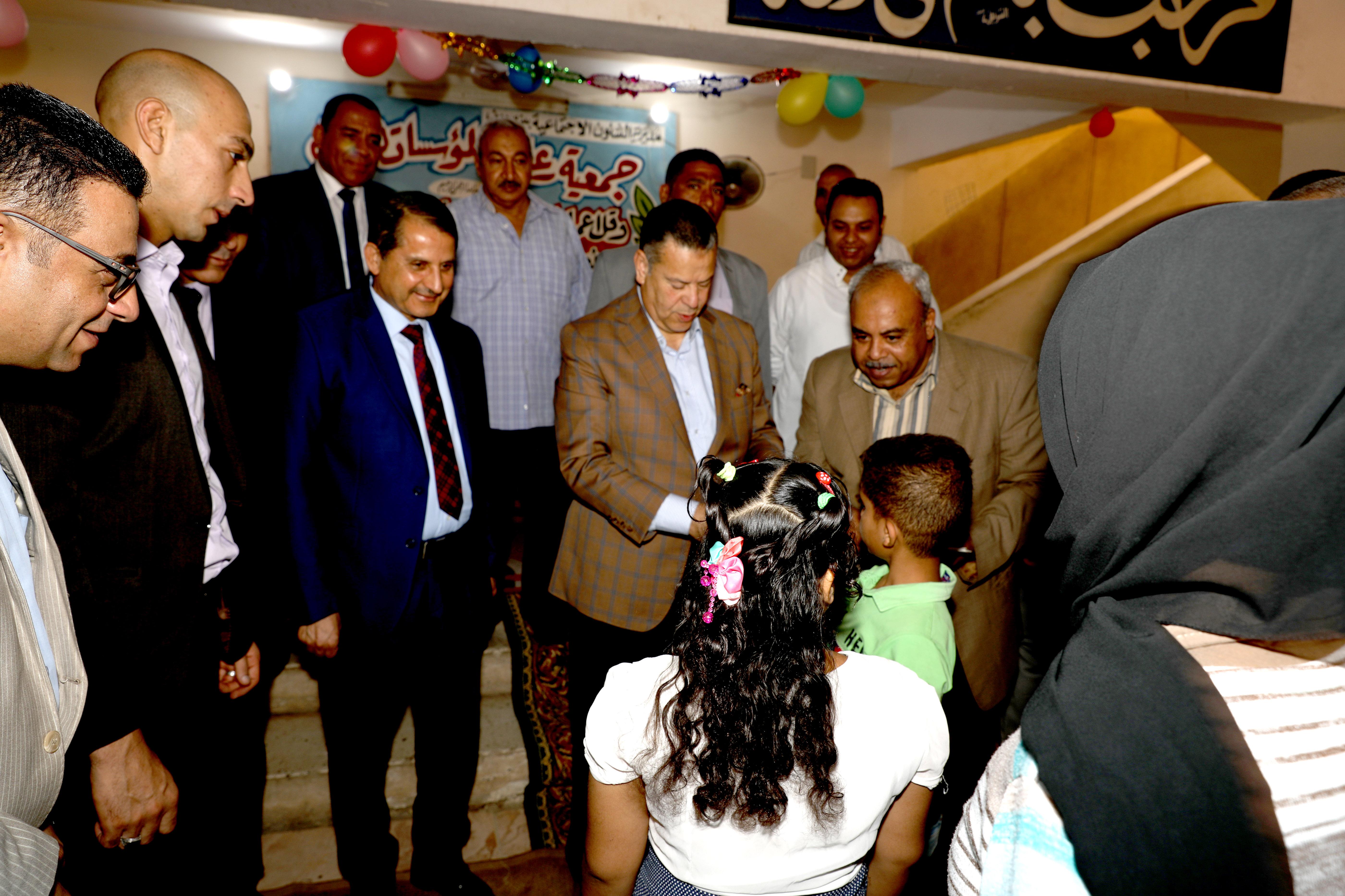 محافظ بنى سويف يقدم الهدايا للأطفال الأيتام ويزور المسنين فى عيد الأضحى (7)