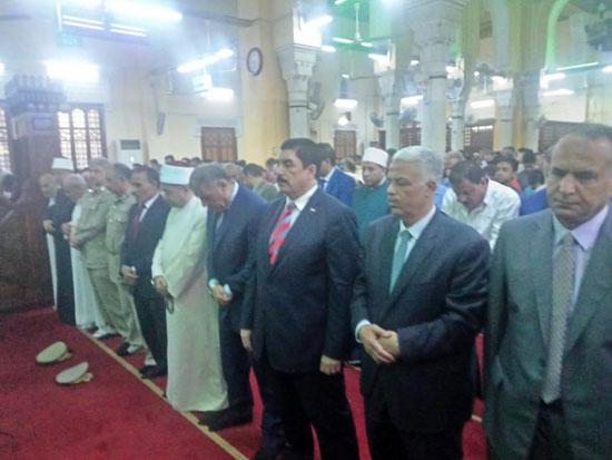 محافظ القليوبية ومدير الأمن يؤديان صلاة عيد الأضحى (4)