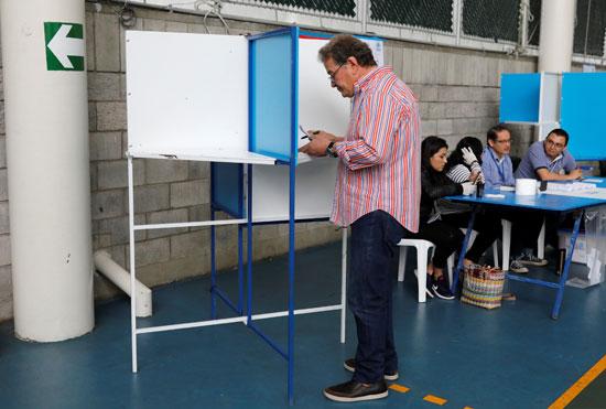 الناخبون يدلون بأصواتهم