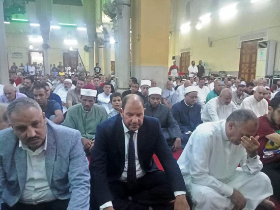 محافظ القليوبية ومدير الأمن يؤديان صلاة عيد الأضحى (2)