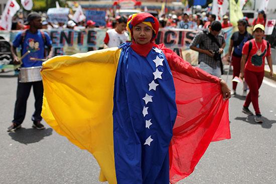 مواطنة ترتدى زيا بألوان علم بلادها
