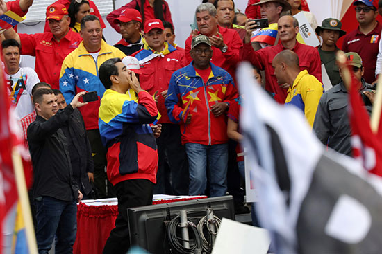 مادورو يلقى قبلة لمؤيديه