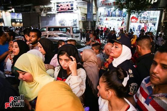 الشرطة-النسائية-تنظم--صفوف-المشاهديين