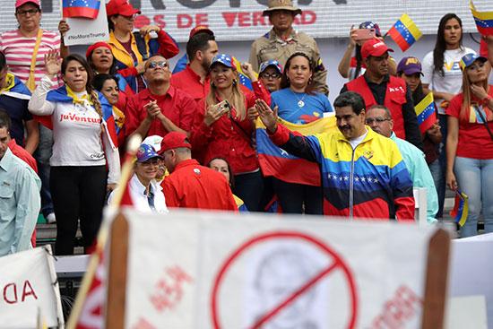 مادورو يستعرض شعبيته