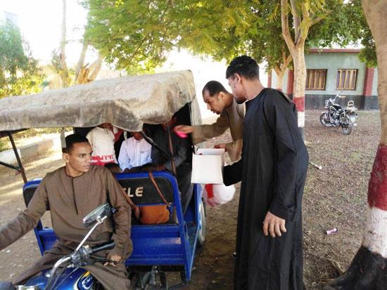 شاب قبطي يوزع الحلوي والبالونات علي أطفال قرية الشغب جنوبي الأقصر إحتفالاً بعيد الأضحي (6)