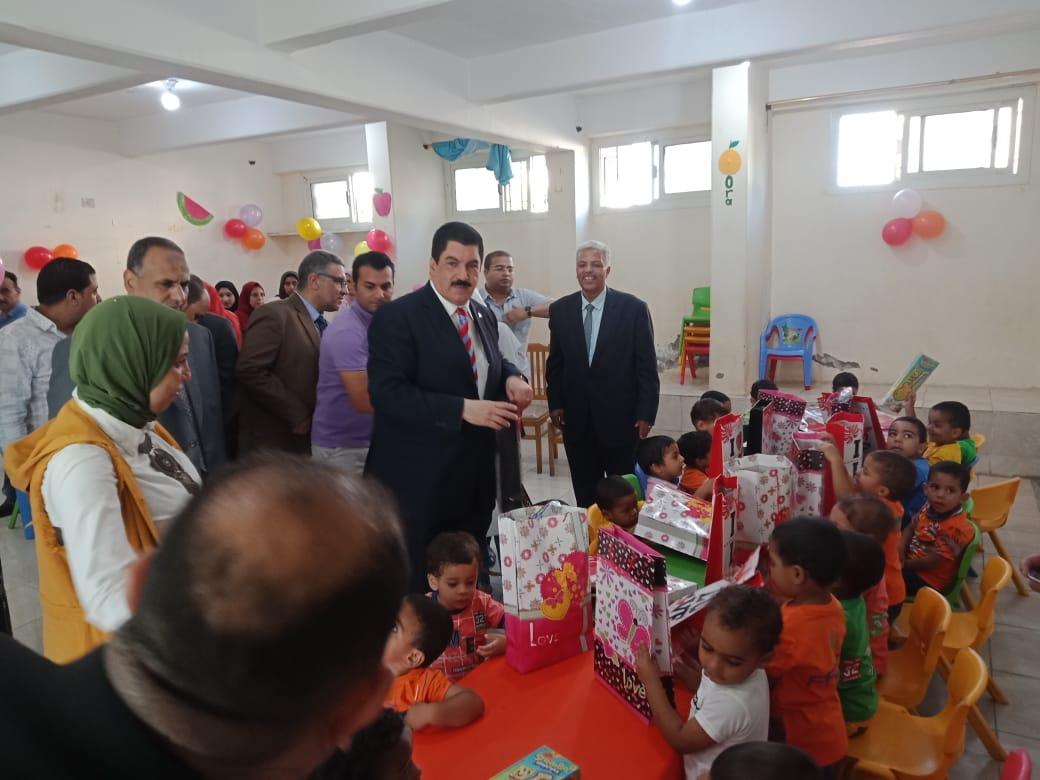 محافظ القليوبية يشارك الأيتام والمرضى فرحة عيد الأضحى المبارك  (3)