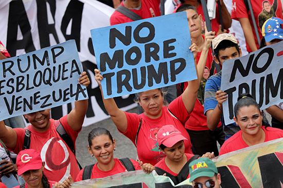 لافتات مناهضة للرئيس الأمريكى
