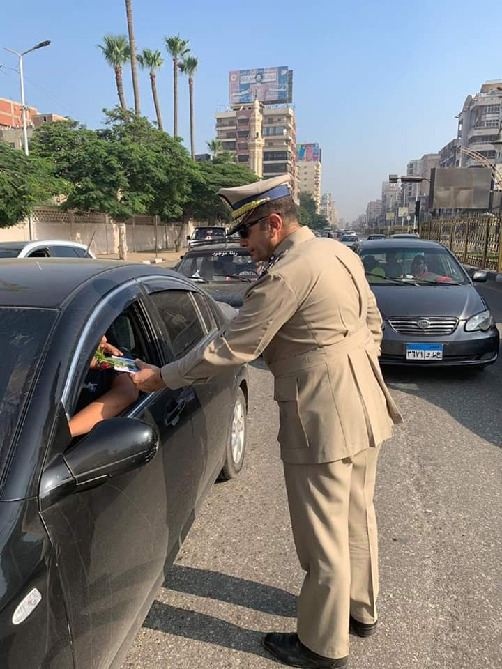 مدير مرور الغربية يوزع الورود على المواطنين