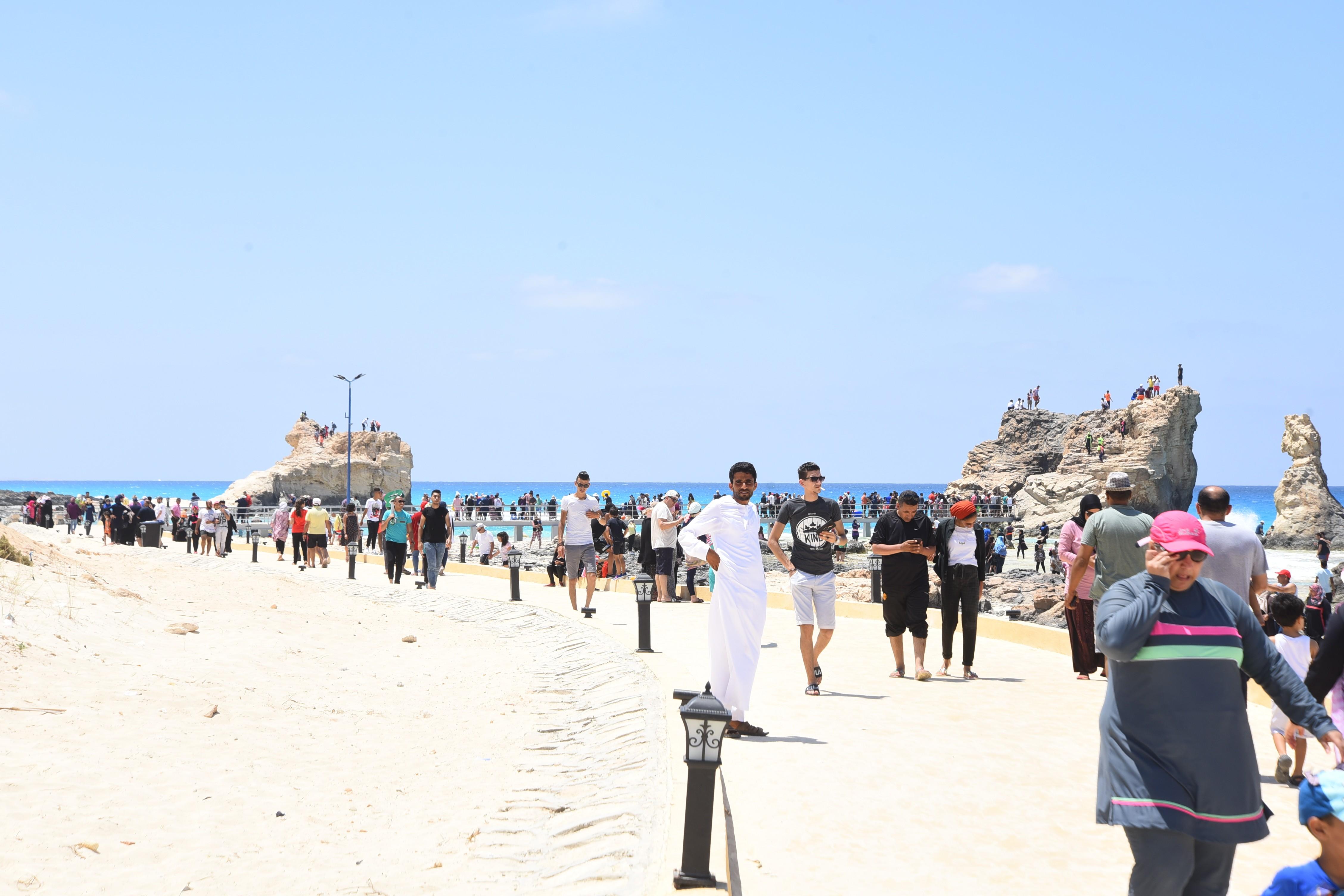 إقبال كبير من المصطافين على شواطئ مطروح (2)