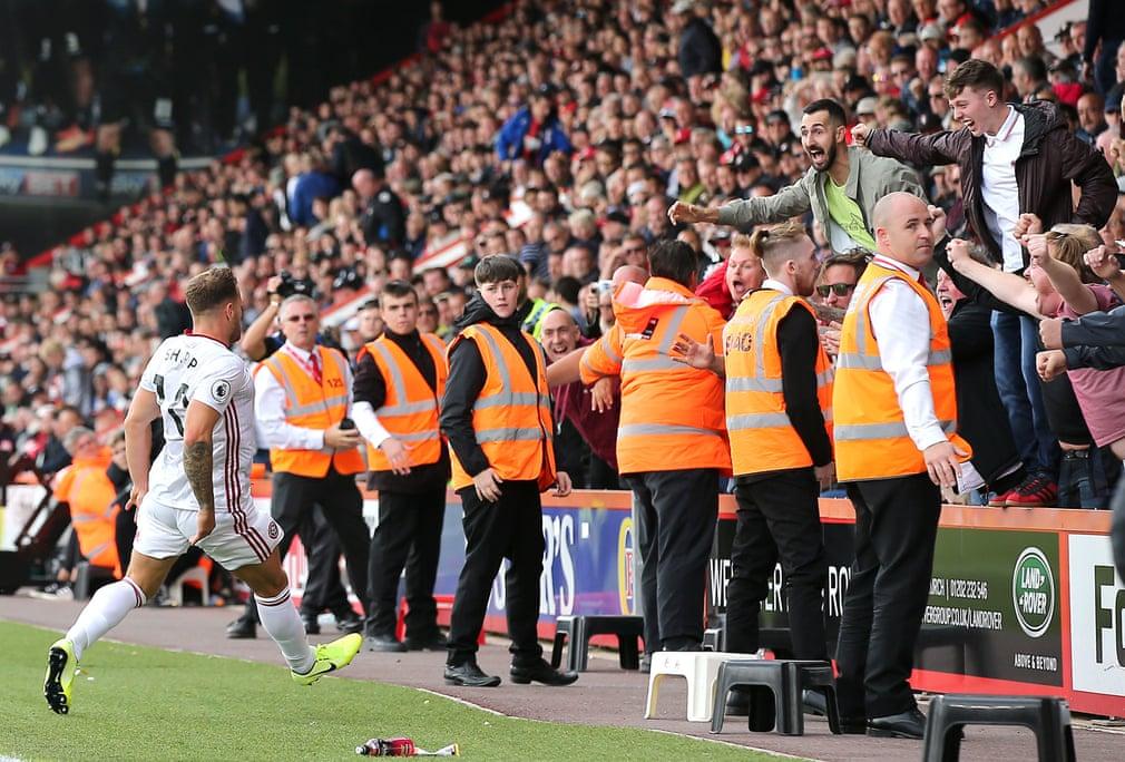 بيلي شارب لاعب شيفيلد يونايتد يحتفل بهدفه القاتل ضد بورنموث في الدقيقة 88