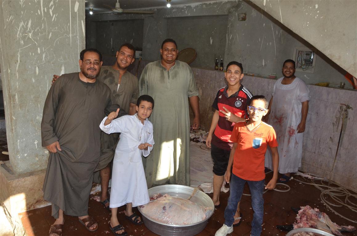 أهالي الأقصر يواصلون ذبح أضاحي العيد لليوم الثاني لتوزيع اللحوم علي الفقراء والأقارب (10)