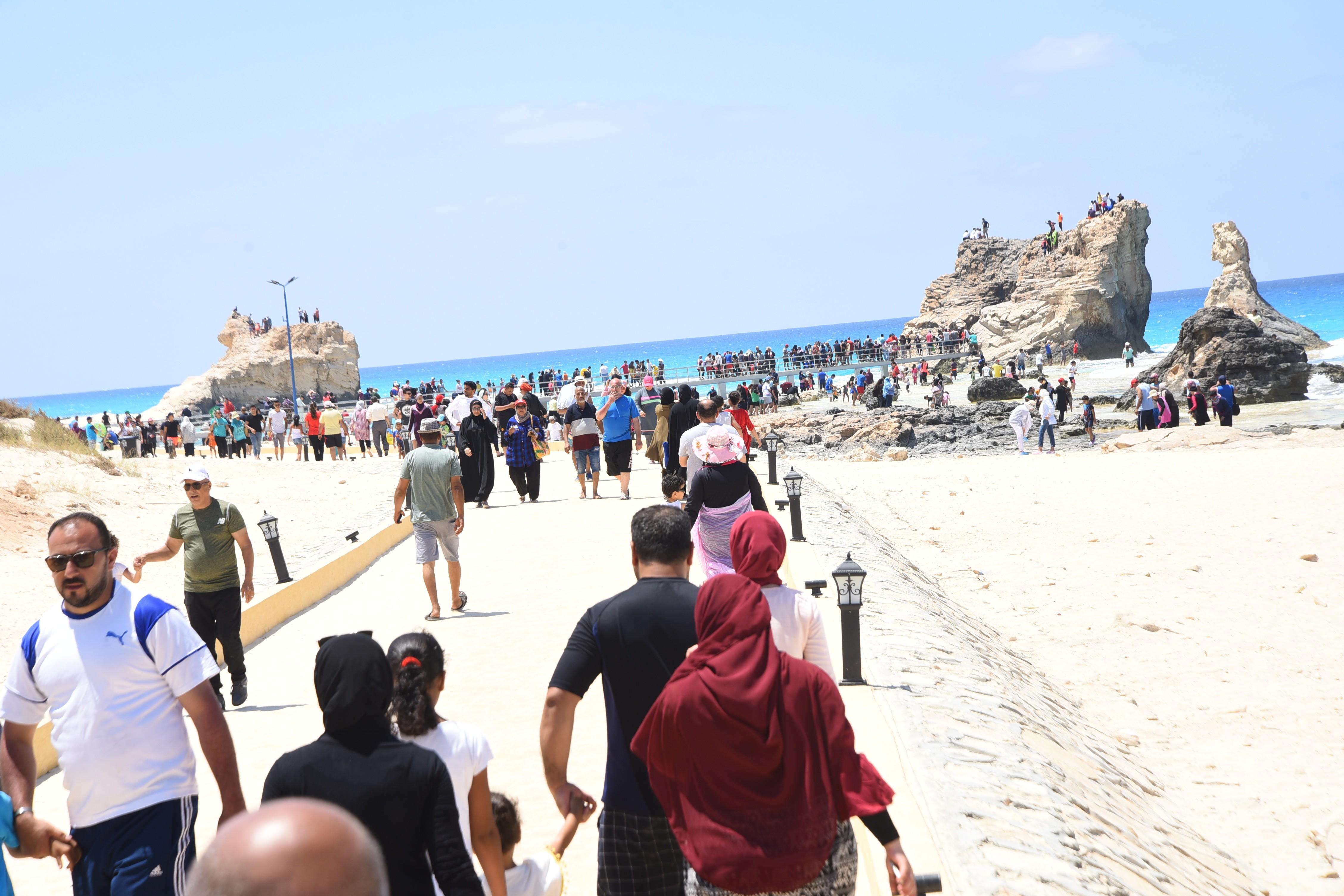 إقبال كبير من المصطافين على شواطئ مطروح (1)