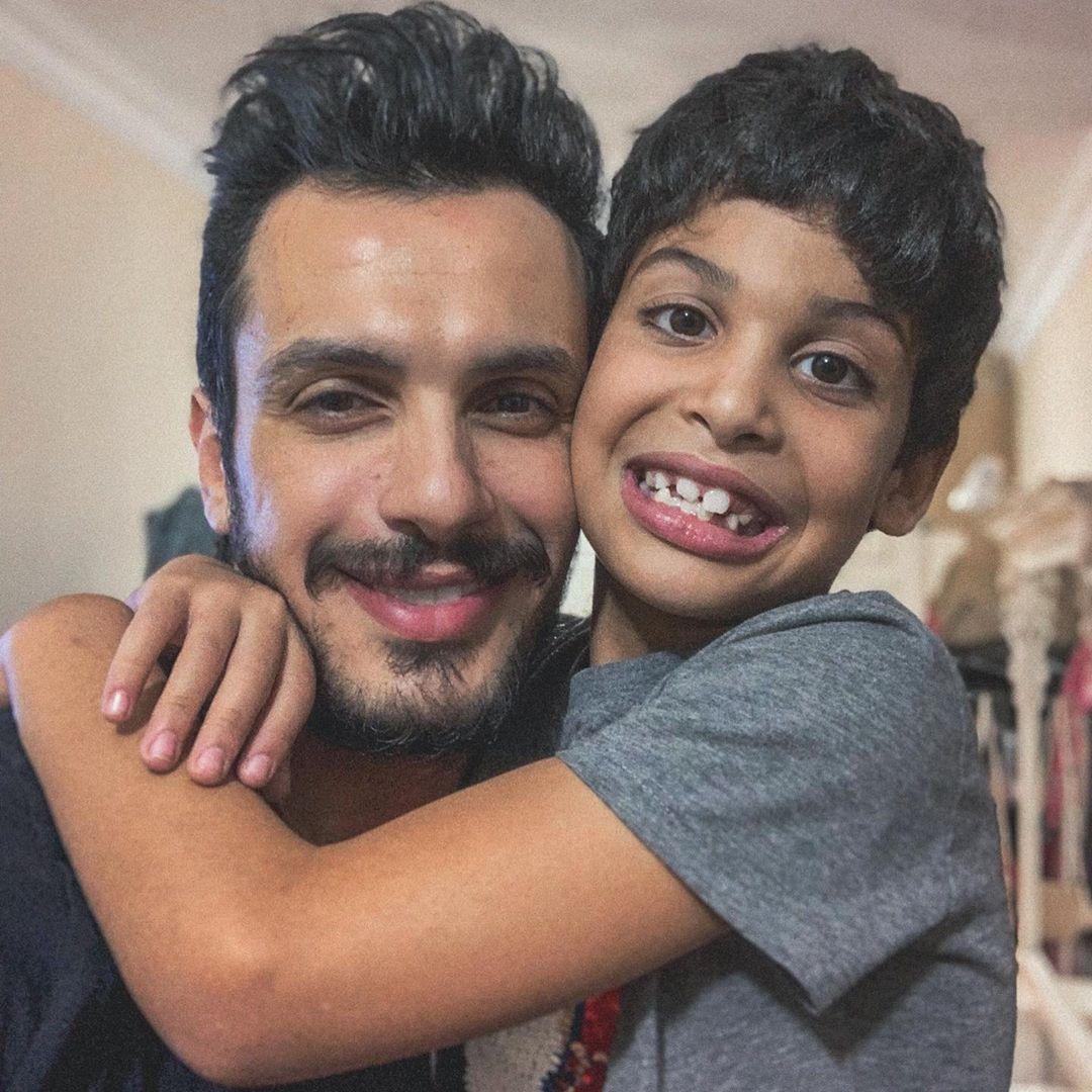 الموزع الموسيقي أحمد ابراهيم مع نجله مالك