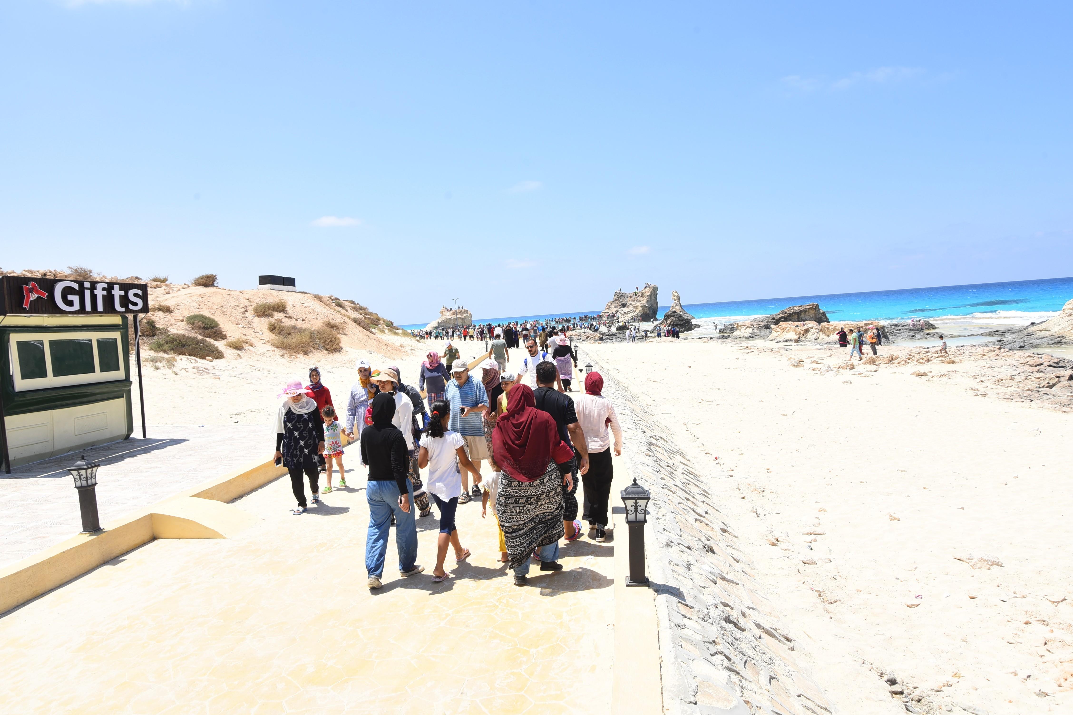 إقبال كبير من المصطافين على شواطئ مطروح (7)
