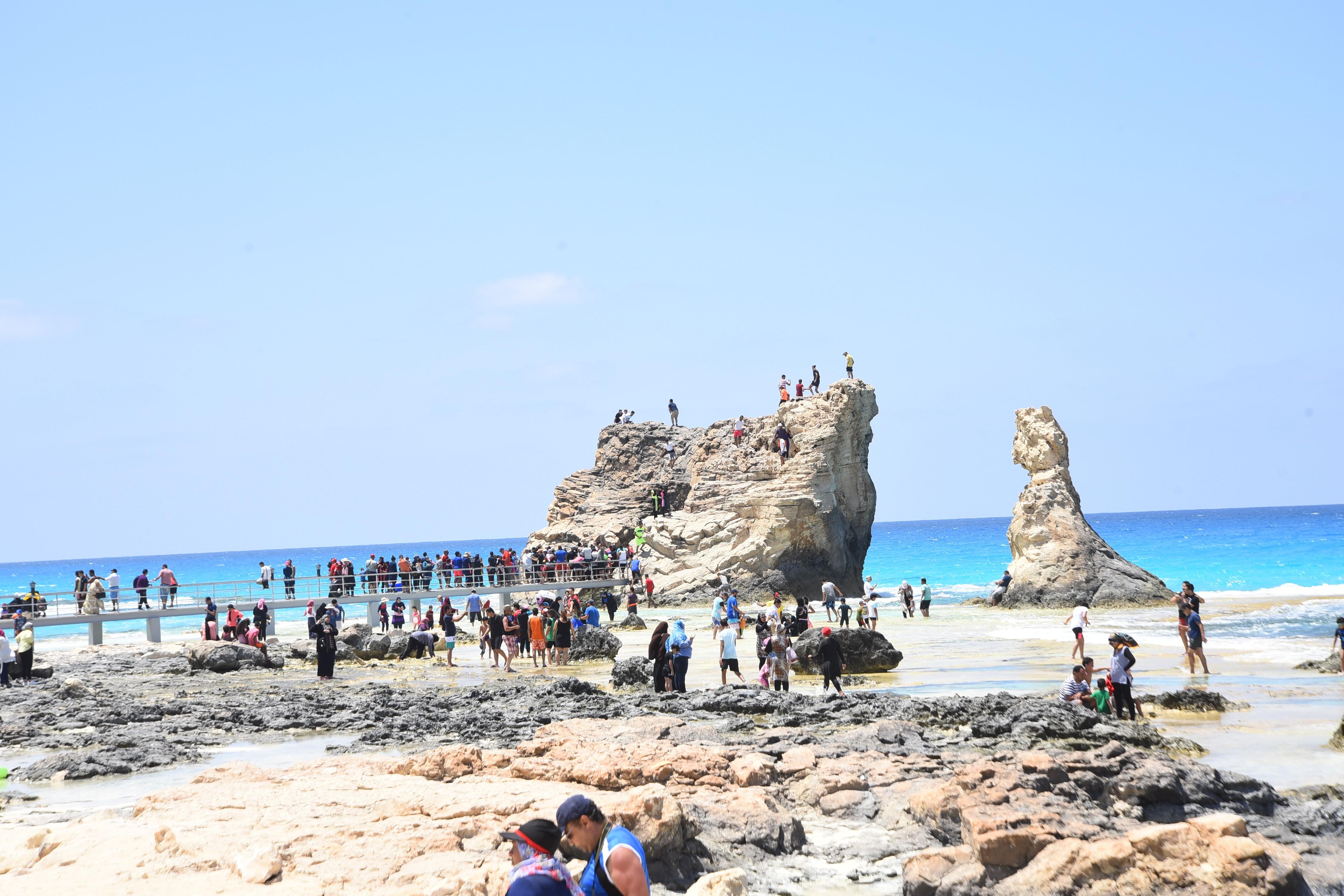 إقبال كبير من المصطافين على شواطئ مطروح (4)