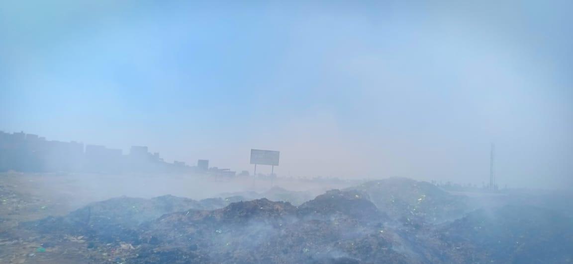 حرائق تجمعات القمامة تغطى سماء قرية السيالة  (6)