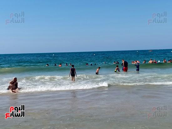 الشباب داخل البحر